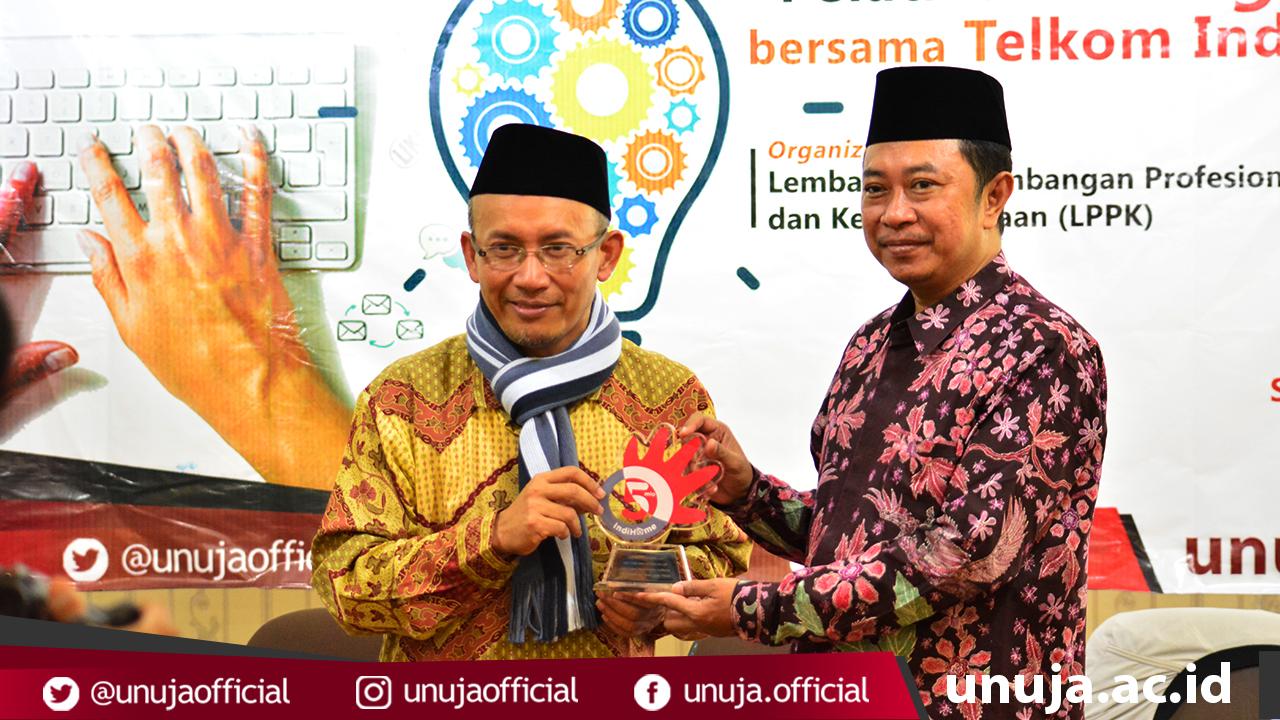 Pemberian Cinderamata dari Telkom Indonesia kepada Rektor Universitas Nurul Jadid