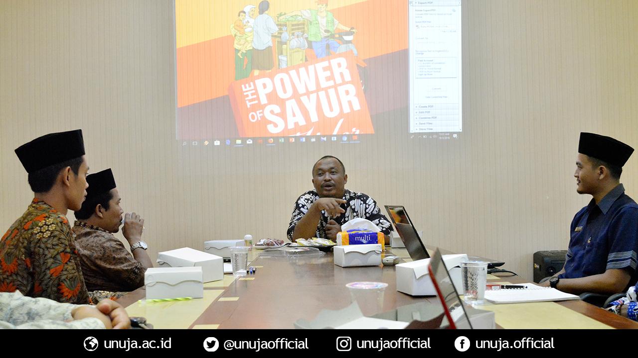 Kang Aziz menyampaikan materi seminar UKM Berbasis Pesantren di Universitas Nurul jadid