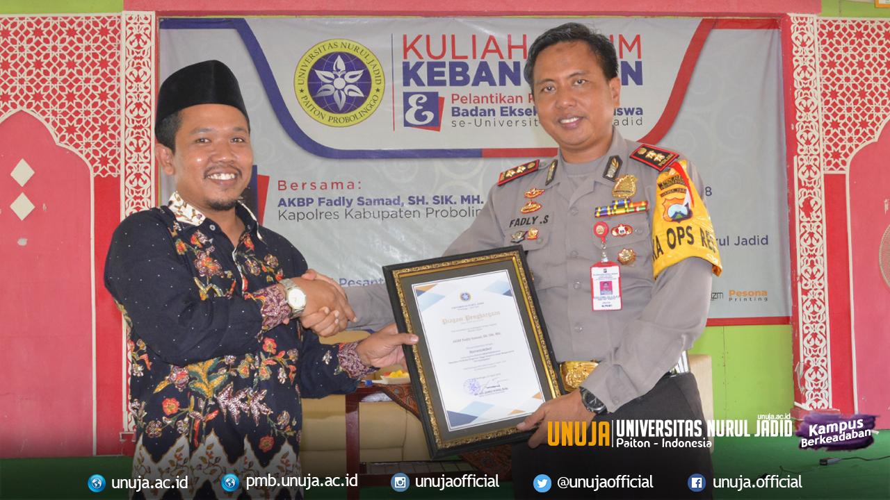 Penyerahan piagam penghargaan oleh Wakil Rektor III kepada Bapak Kapolres Kab. Probolinggo sebagai narasumber dalam kegiatan Kuliah Umum dan Pelantikan BEM Universitas Nurul Jadid