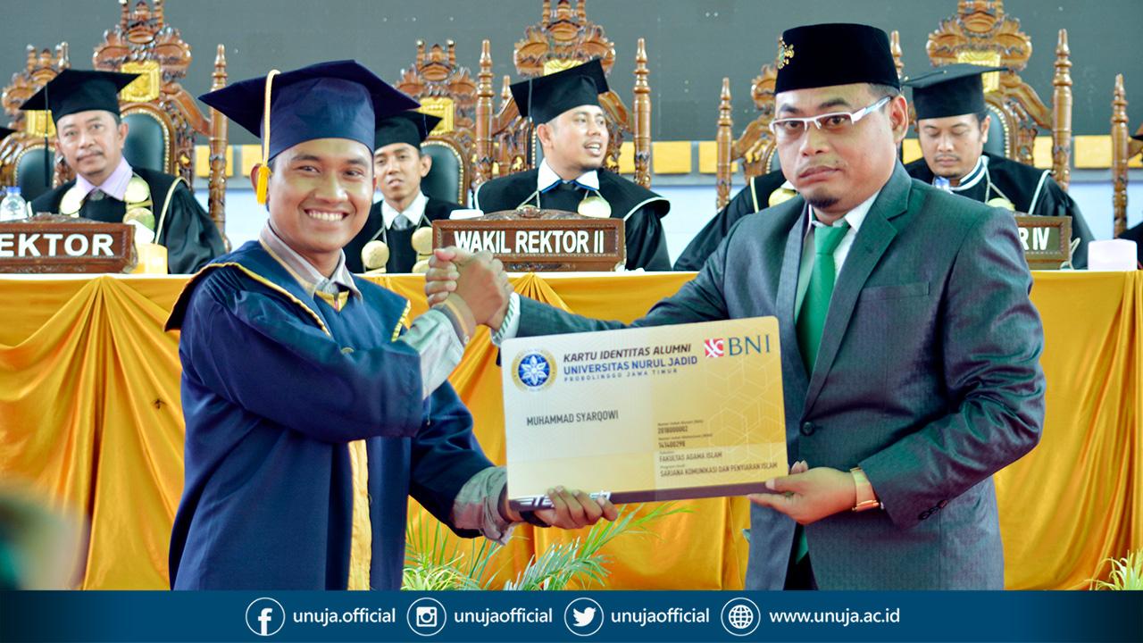 Penyerahan Kartu Ikatan Alumni (KIA) UNUJA Secara Simbolis oleh Ketua Ikatan Alumni (IKA) UNUJA