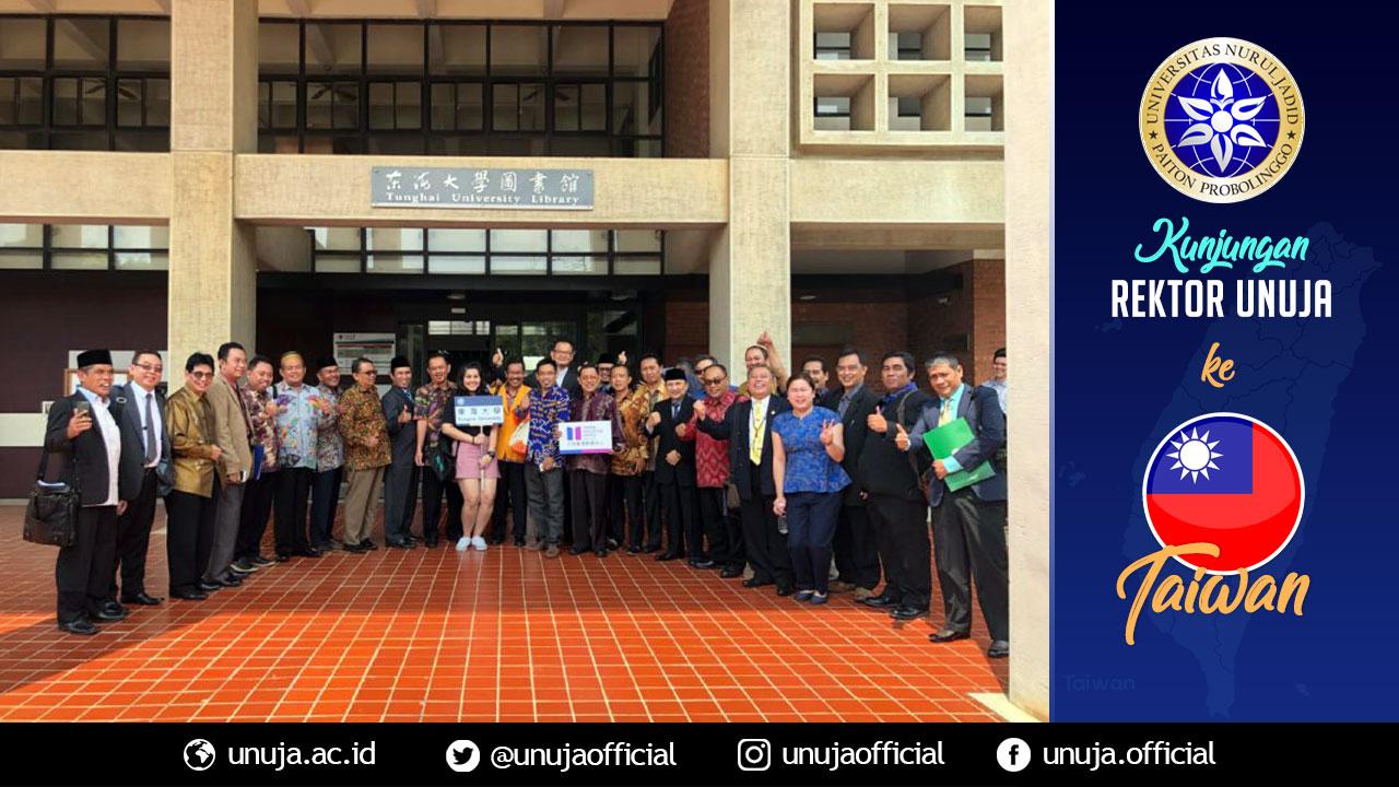 Rektor berpose di depan Perpustakaan Thunghai pasca pertemuan di Tunghai University