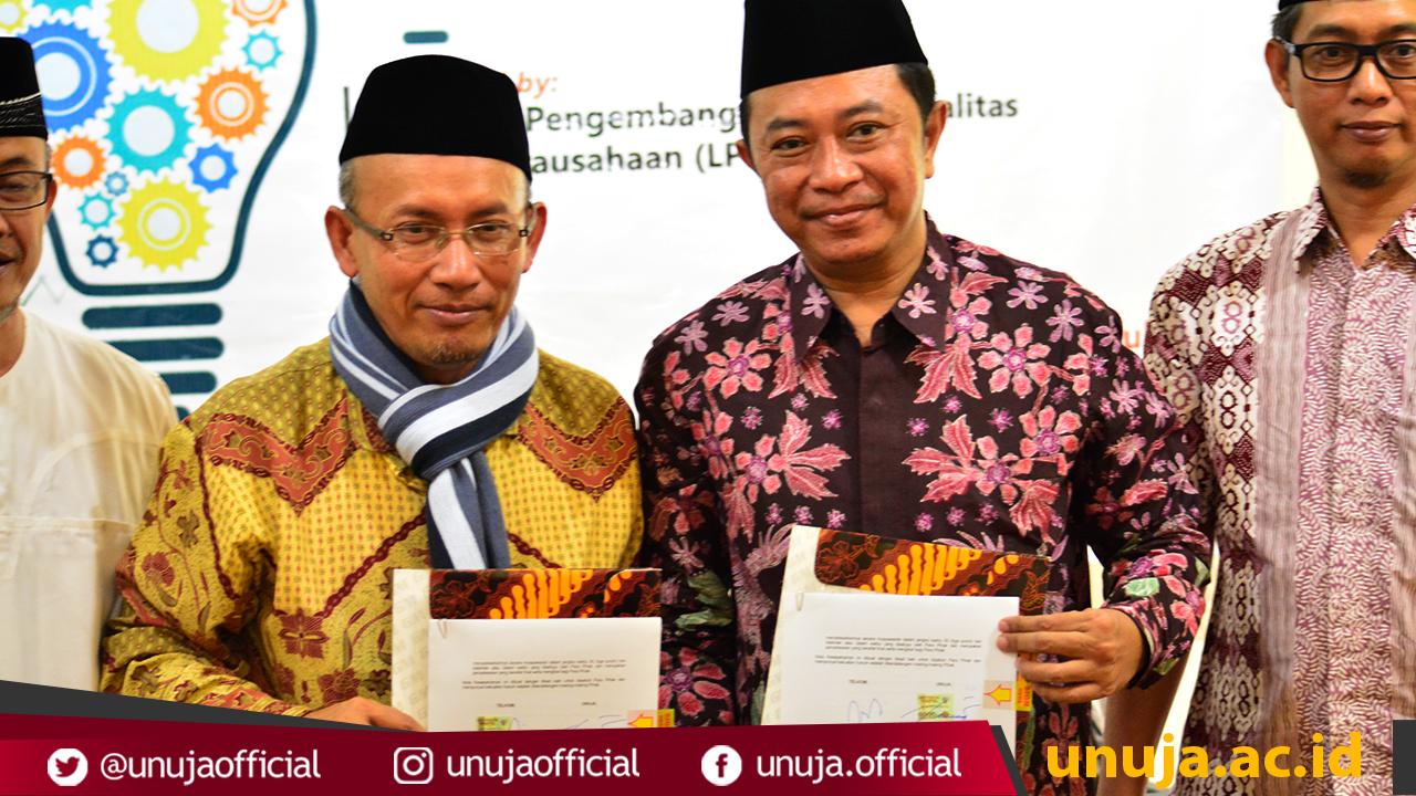 Rektor UNUJA bersama Direktur Telkom Indonesia usai Melakukan Penandatanganan MoU