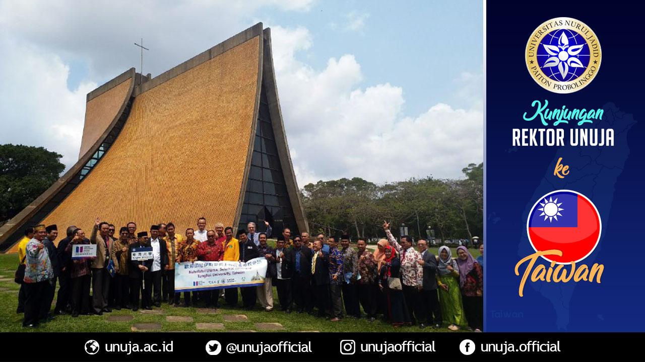 Rektor berpose di depan Gereja Universitas Tung Hai University
